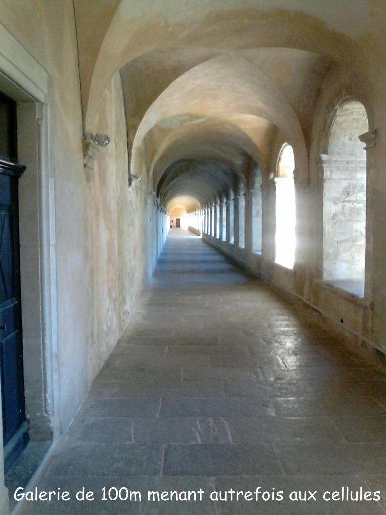 Le long couloir du grand cloître