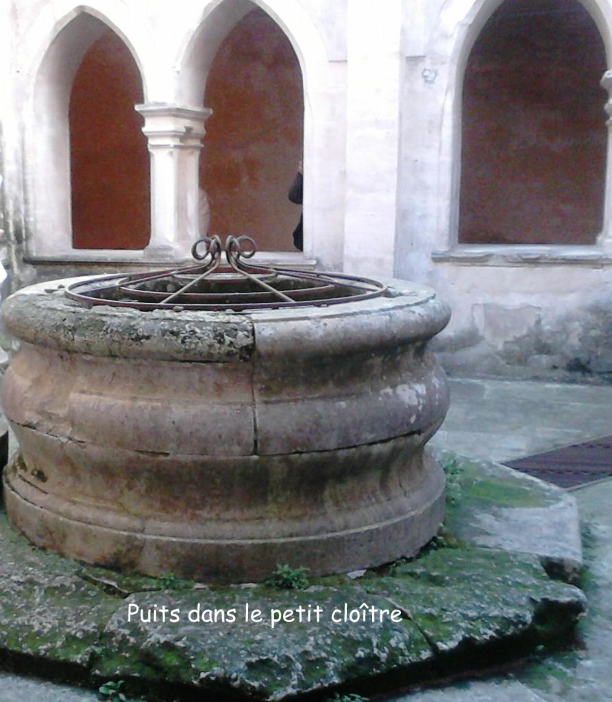 Le puits dans le petit cloître
