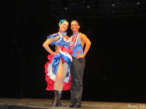 Danseuse et danseur du French can can à l'espace Ch Trenet