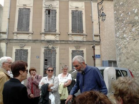 La Treille Le guide et le groupe place de la fontaine