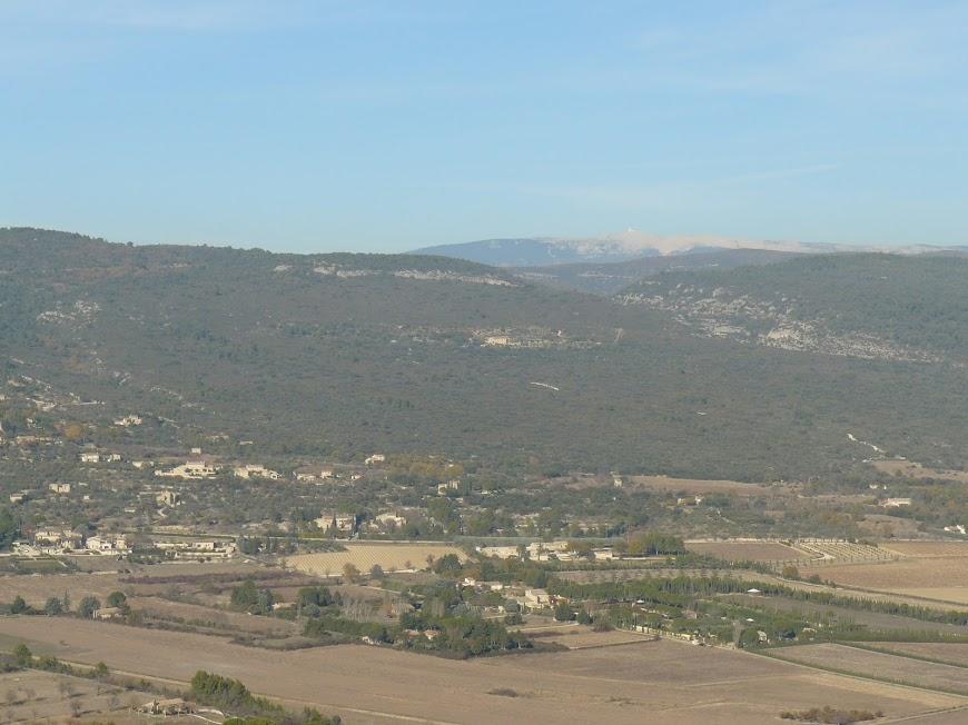 Luberon: Saint Pantaleon En fond le Mt Ventoux