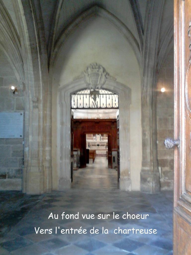 Vue en enfilade de l'entrée jusqu'au choeur de l'église des chartreux