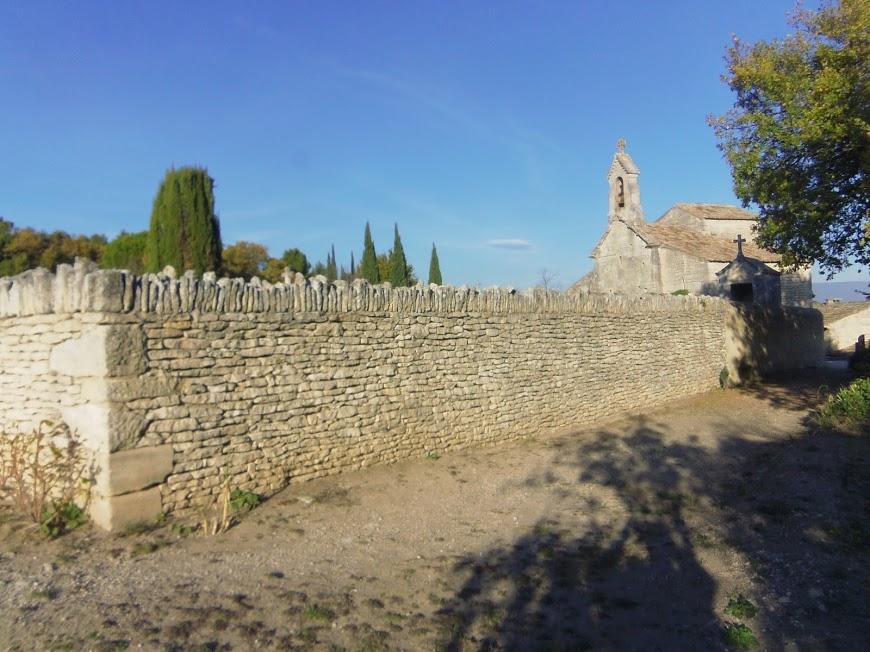 Luberon: Saint Pantaleon Eglise et son mur de pierres dans tous ses états